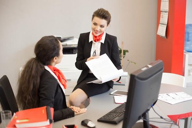 Giovane imprenditrice in agenzia