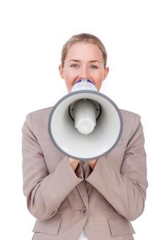 Giovane donna di affari che dà istruzioni con un megafono
