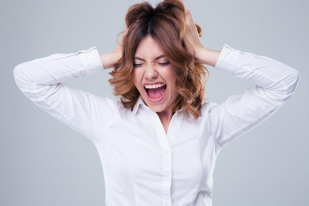 Giovane donna di affari che grida