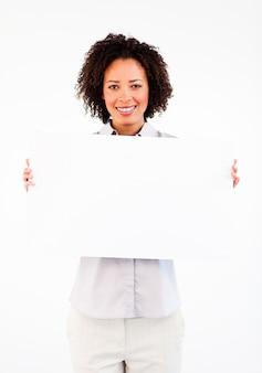 Giovane donna di affari che mostra grande carta bianca