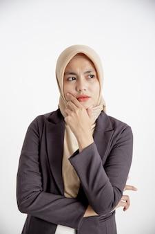 Giovane imprenditrice sorridente cerca di capire il concetto di lavoro d'ufficio espressione isolato sfondo bianco