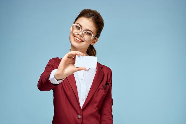 Giovane imprenditrice con biglietti da visita in mano, mock up
