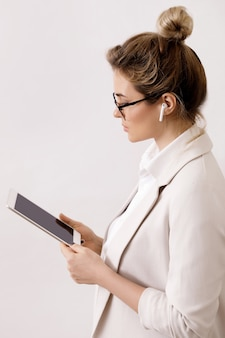 Giovane imprenditrice con un tablet pc su gray
