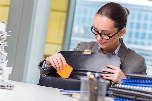 Giovane imprenditrice che lavora in ufficio