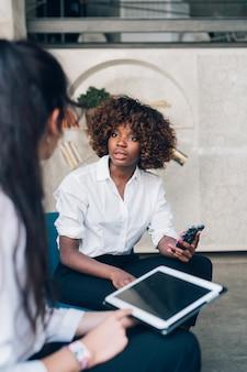Giovani donne di affari che lavorano insieme nell'ufficio di coworking