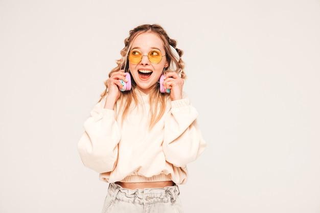 Giovane modella spensierata che ascolta musica con cuffie wireless