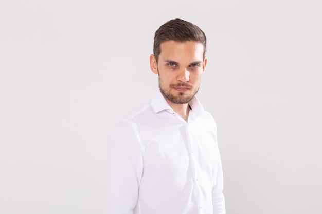 Ritratto di giovane uomo casual isolato sul muro bianco