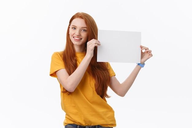 Giovane donna casual stile isolato su sfondo bianco tenere premuto segno di carta
