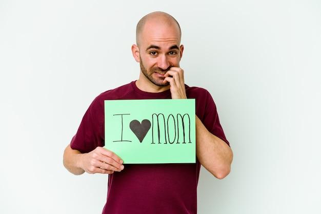 Giovane uomo calvo caucasico che tiene un cartello di i love mom isolato