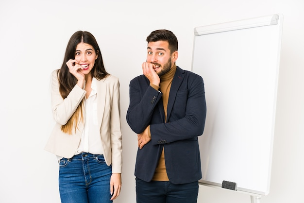 La giovane coppia caucasica di affari ha isolato le unghie mordaci, nervose e molto ansiose.
