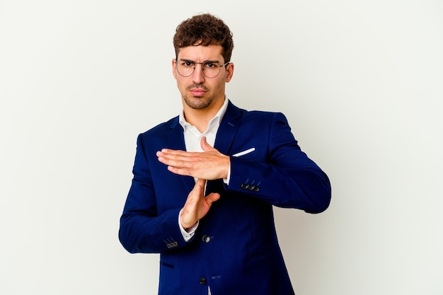Giovane uomo d'affari caucasico chiedendo time out
