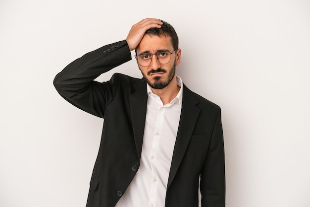 Giovane uomo d'affari caucasico isolato su sfondo bianco scioccato, ha ricordato un incontro importante.