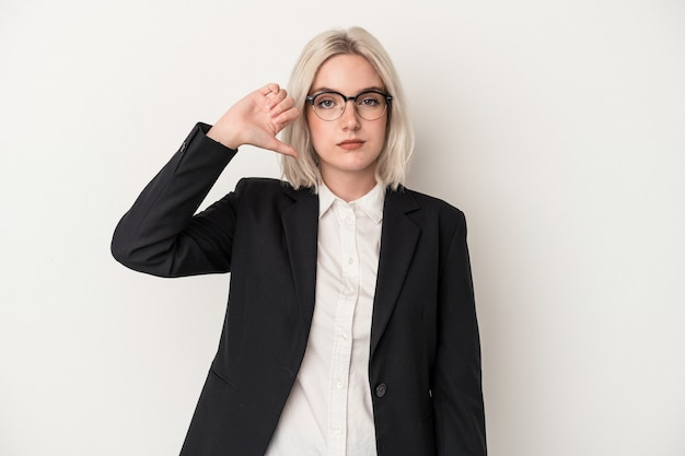 Giovane donna caucasica di affari isolata su fondo bianco che mostra un gesto di antipatia, pollice verso. concetto di disaccordo.