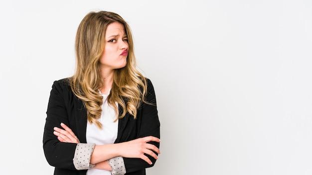 Giovane donna d'affari indoeuropea isolata on white donna giovane indoeuropea bussines insoddisfatta di espressione sarcastica.