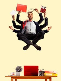 Giovane imprenditore caucasico, manager che gestisce tutto, molte cose. scadenza, gestione del tempo. shiva moderno, calmo ed equilibrato. lavoro d'ufficio, compito quotidiano. carte, caffè, cartelle, matite.