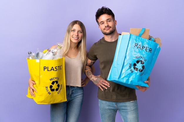 Giovani coppie caucasiche riciclaggio