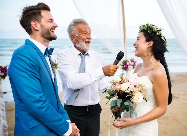 Giorno delle nozze della giovane coppia caucasica
