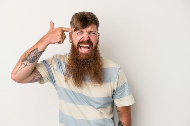 Giovane uomo caucasico di zenzero con barba lunga isolato su sfondo bianco che mostra un gesto di delusione con l'indice.