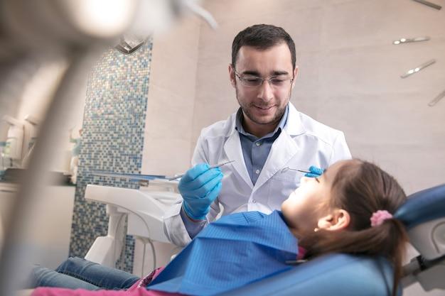 Giovane ragazza caucasica che visita l'ufficio dei dentisti