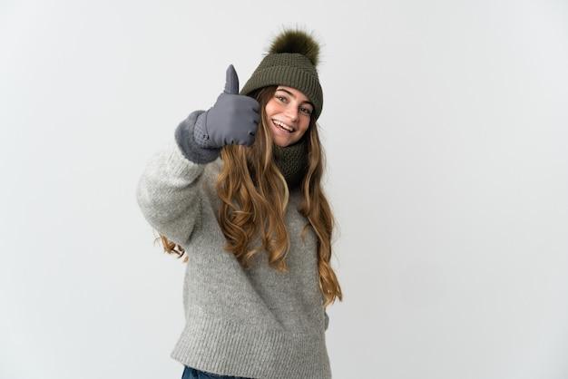 Giovane ragazza caucasica che indossa un abbigliamento invernale isolato