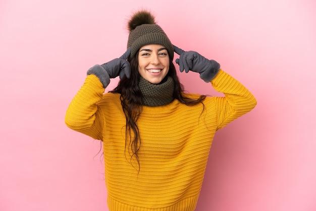 Giovane ragazza caucasica con cappello invernale isolato Foto Premium