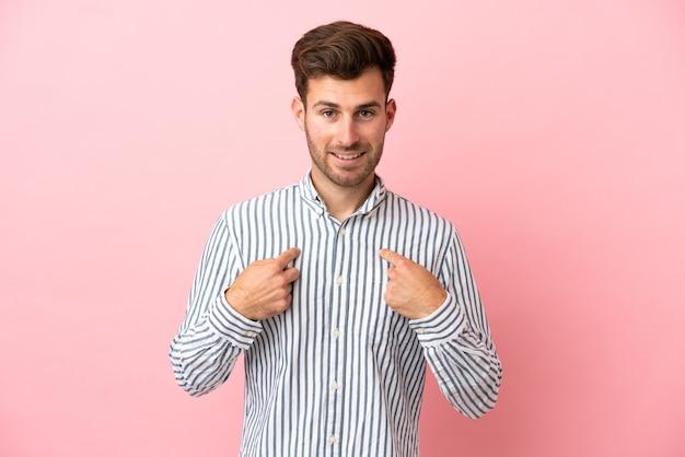 Giovane uomo caucasico bello isolato su sfondo rosa con espressione facciale a sorpresa