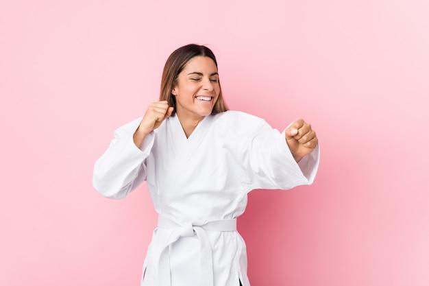 Giovane donna caucasica di karate isolata