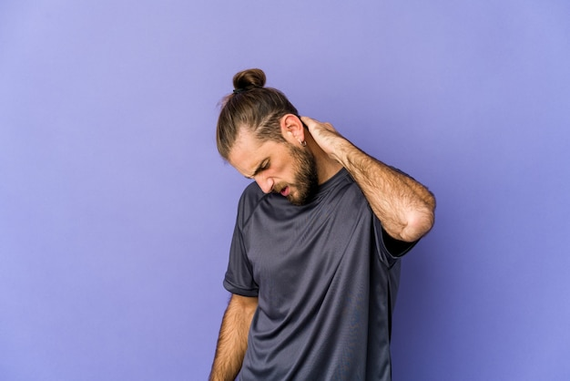 Uomo giovane caucasico capelli lunghi isolato che esprime emozioni