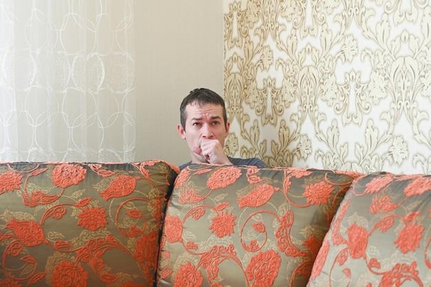 Il giovane uomo caucasico sta scherzando a casa. concetto di quarantena.