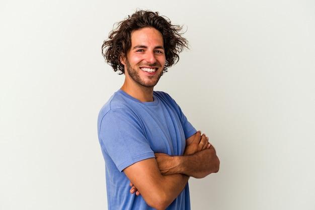 Giovane uomo caucasico isolato su sfondo bianco felice, sorridente e allegro.