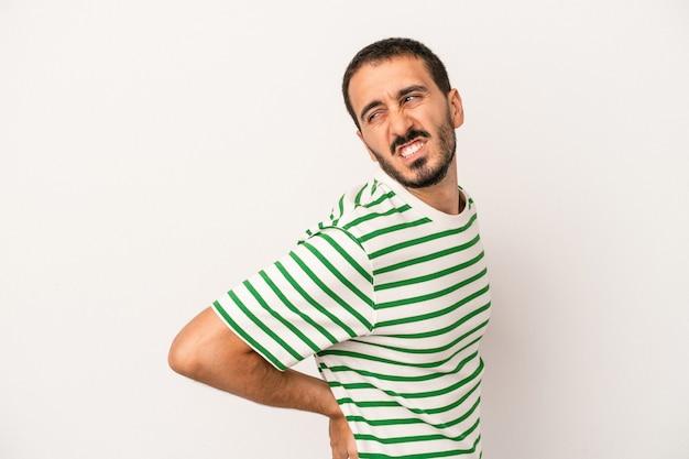 Giovane uomo caucasico isolato su sfondo bianco che soffre di mal di schiena.