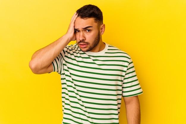 Giovane uomo caucasico isolato su sfondo giallo scioccato, ha ricordato un incontro importante.