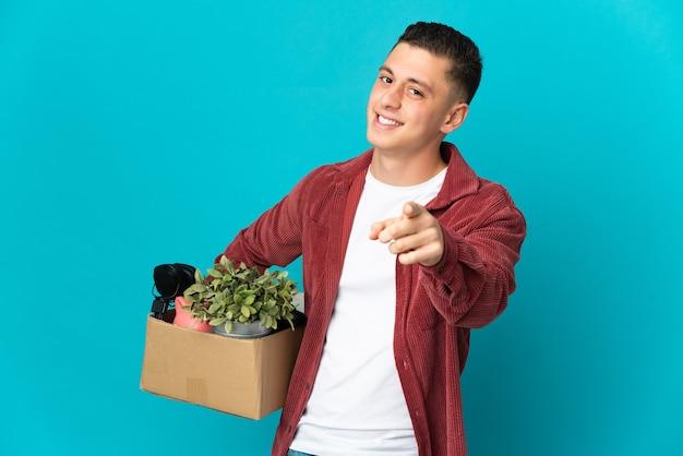 Giovane uomo caucasico che fa una mossa mentre si prende una scatola