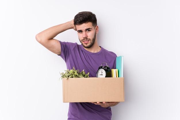 Giovane uomo caucasico spostando una nuova casa
