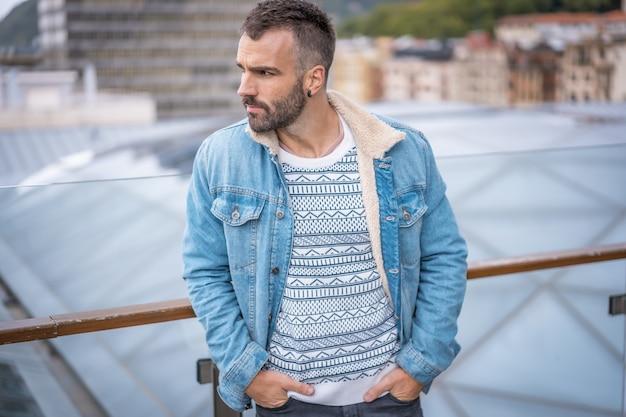 Giovane uomo caucasico in un servizio fotografico nella città di san sebastian