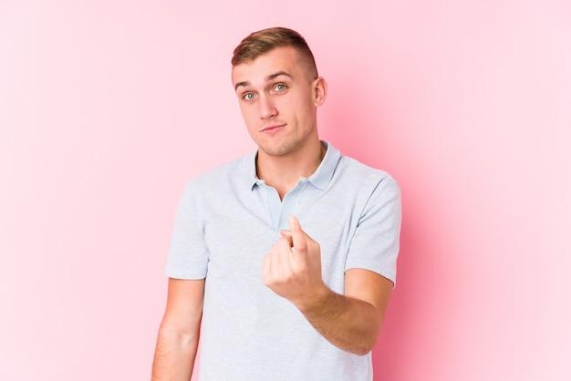Giovane uomo caucasico che punta con il dito su di te