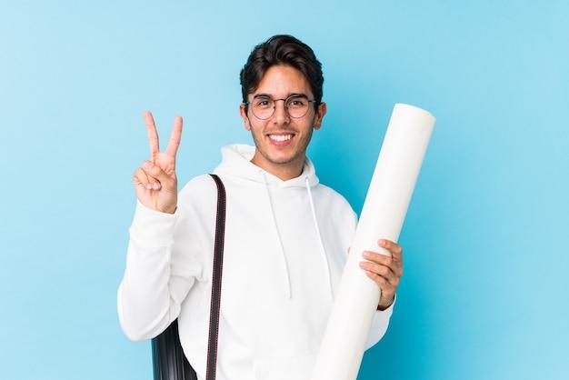 Giovane uomo caucasico che studia architettura isolata che mostra il numero due con le dita.