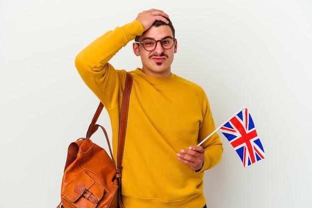 Giovane uomo caucasico che studia inglese isolato su bianco essendo scioccato, ha ricordato un incontro importante.