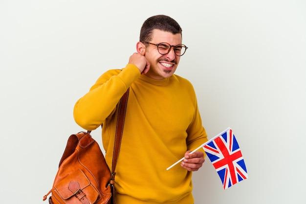 Giovane uomo caucasico che studia inglese isolato sul muro bianco che copre le orecchie con le mani