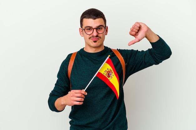 Giovane uomo caucasico che studia inglese isolato sul muro bianco che mostra un gesto di antipatia, pollice in giù. concetto di disaccordo.