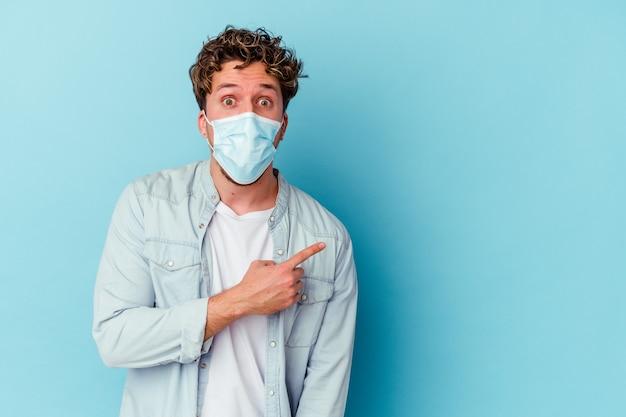 Giovane uomo caucasico che indossa una maschera antivirale isolata