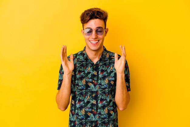 Giovane uomo caucasico che indossa una camicia hawaiana isolata