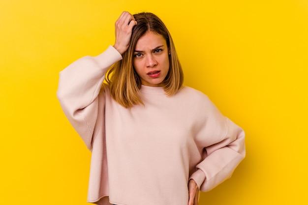 Giovane donna magra caucasica isolata sul giallo che è scioccata, ha ricordato un incontro importante.