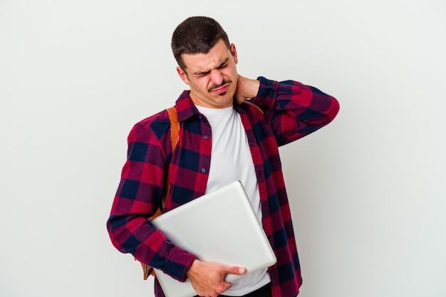 Uomo giovane studente caucasico che tiene un computer portatile isolato sul muro bianco che soffre di dolore al collo a causa dello stile di vita sedentario.