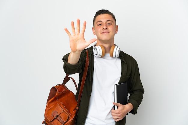 Il giovane uomo caucasico dell'allievo ha isolato il conteggio cinque con le dita