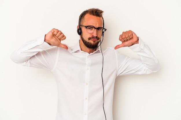 Il giovane telemarketer caucasico con tatuaggi isolati su sfondo bianco si sente orgoglioso e sicuro di sé, esempio da seguire.