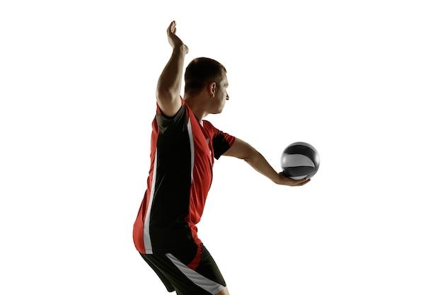 Giovane giocatore di pallavolo caucasico che si placa isolato su sfondo bianco