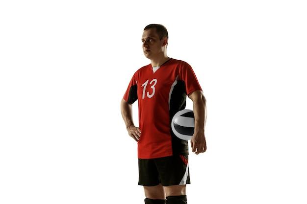 Giovane giocatore di pallavolo caucasico che si placa su sfondo bianco