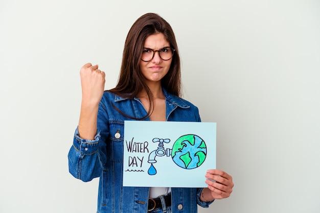 Giovane donna caucasica che celebra la giornata mondiale dell'acqua isolata sul rosa che riceve una piacevole sorpresa, eccitata e alzando le mani.