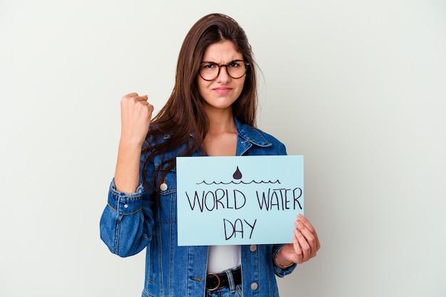 Giovane donna caucasica che celebra la giornata mondiale dell'acqua isolata sul rosa che mostra un gesto di delusione con l'indice.